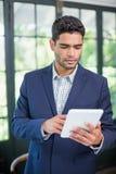 Портрет бизнесмена используя цифровую таблетку Стоковая Фотография