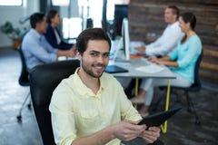 Портрет бизнесмена используя цифровую таблетку Стоковая Фотография RF