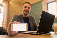 Портрет бизнесмена который используя компьтер-книжку и показывать пустое scree стоковые фотографии rf