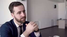 Портрет бизнесмена который слушает к его предложению партнера на деловых переговорах акции видеоматериалы