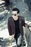 портрет бизнесмена красивый Привлекательный красивый парень walkin стоковые фотографии rf