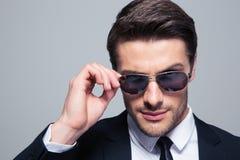 Портрет бизнесмена моды в солнечных очках Стоковая Фотография RF