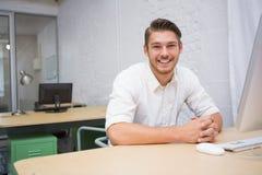 Портрет бизнесмена на столе офиса Стоковые Фотографии RF
