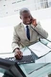 Портрет бизнесмена на телефоне Стоковая Фотография