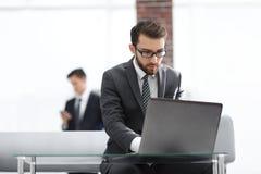 Портрет бизнесмена перед портативным компьютером Стоковая Фотография RF