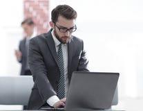 Портрет бизнесмена перед портативным компьютером Стоковые Фотографии RF