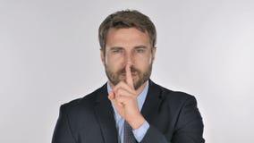 Портрет бизнесмена показывая жестами безмолвие, палец на губах видеоматериал