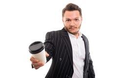 Портрет бизнесмена предлагая кофе для того чтобы пойти чашка Стоковое Фото