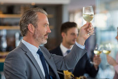 Портрет бизнесмена провозглашать его стекло пива Стоковые Фотографии RF