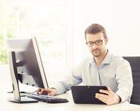 Портрет бизнесмена работая в офисе Стоковая Фотография RF