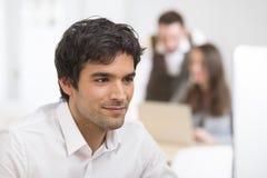 Портрет бизнесмена работая на компьютере в офисе Стоковая Фотография RF