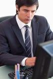 Портрет бизнесмена работая с компьютером Стоковая Фотография RF