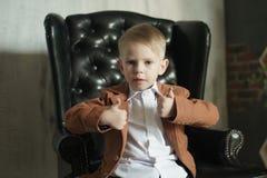 Портрет бизнесмена ребенк на современной предпосылке стоковое изображение rf