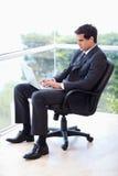 Портрет бизнесмена сидя на деятельности кресла   Стоковое Изображение RF