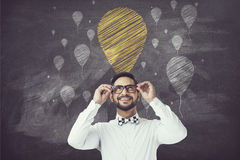 Портрет бизнесмена смотря вверх на значках воздушного шара мела стоковая фотография