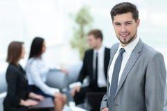 Портрет бизнесмена смотря камеру и усмехаясь с его Стоковое фото RF