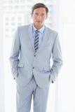 портрет бизнесмена смотря камеру с руками в карманн Стоковое Фото