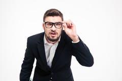 Портрет бизнесмена смотря камеру Стоковое Изображение RF