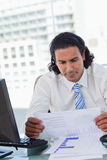 Портрет бизнесмена смотря статистик Стоковая Фотография