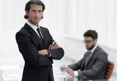Портрет бизнесмена стоя в офисе Стоковая Фотография