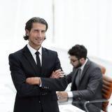 Портрет бизнесмена стоя в офисе Стоковые Изображения RF