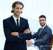 Портрет бизнесмена стоя в офисе Стоковое Изображение
