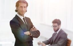 Портрет бизнесмена стоя в офисе Стоковые Фото