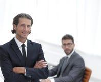 Портрет бизнесмена стоя в офисе Стоковое Изображение RF