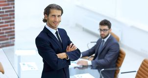 Портрет бизнесмена стоя в офисе Стоковая Фотография RF