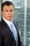 Портрет бизнесмена стоя в офисе Стоковые Изображения