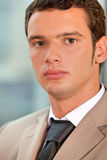 Портрет бизнесмена стоя в офисе Стоковое фото RF