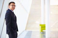 Портрет бизнесмена стоя самомоднейший прием офиса Стоковое Изображение