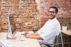 Портрет бизнесмена с компьютером на столе Стоковые Фотографии RF