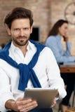 Портрет бизнесмена с таблеткой Стоковое Изображение RF