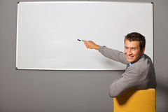 Портрет бизнесмена указывая на whiteboard в офисе Стоковое фото RF