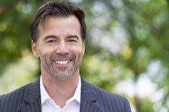 Портрет бизнесмена усмехаясь на камере Стоковая Фотография
