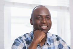 Портрет бизнесмена усмехаясь на камере Стоковое фото RF