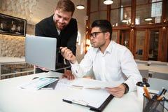 Портрет 2 бизнесменов обсуждая вопрос Стоковое Фото