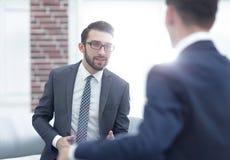 Портрет 2 бизнесменов обсуждая новый проект Стоковая Фотография