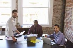 Портрет бизнесменов работая совместно в зале заседаний правления Стоковые Изображения