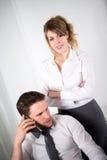 Портрет 2 бизнесменов работая совместно в офисе с компьютером Стоковое Изображение