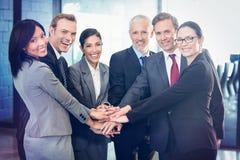 Портрет бизнесменов рук штабелированных над одином другого стоковая фотография rf