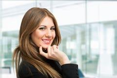 Портрет бизнес-леди в ее офисе Стоковые Изображения RF