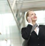 Портрет бизнес-леди говоря на телефоне outdoors стоковые изображения
