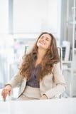 Портрет бизнес-леди сидя в офисе Стоковое Изображение