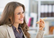 Портрет бизнес-леди сидя в офисе Стоковое Изображение RF
