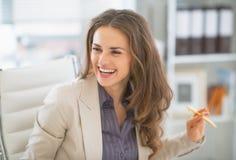 Портрет бизнес-леди сидя в офисе Стоковые Фотографии RF