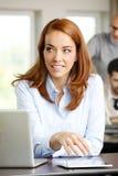 Портрет бизнес-леди с компьтер-книжкой и таблеткой Стоковое Изображение RF