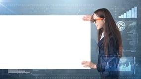 Портрет бизнес-леди с пустой белой доской на покрашенной предпосылке дела и вклада Модель красоты в стеклах Стоковое фото RF
