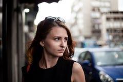 Портрет бизнес-леди redhead ища что-то в улице od Белграде, Сербии Стоковое Изображение